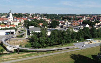 Quelle Die neue Brücke Schlange mit Stadtansicht Pressestelle Stadt Frankenberg Sa.